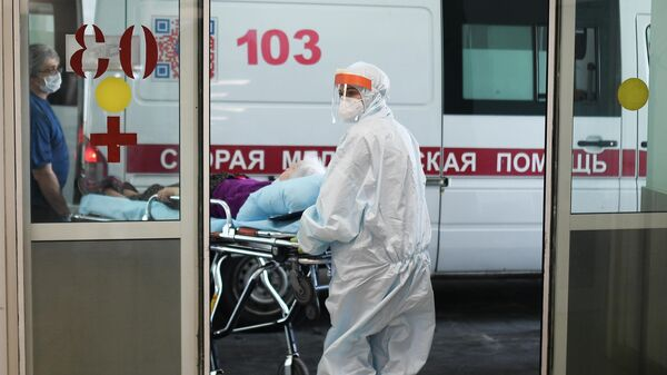 Врачи скорой помощи везут пациента в приемное отделение городской клинической больницы No 15 имени О. М. Филатова в Москве