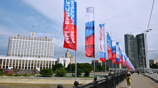 Флагштоки, установленные на Новоарбатском мосту в Москве ко Дню России
