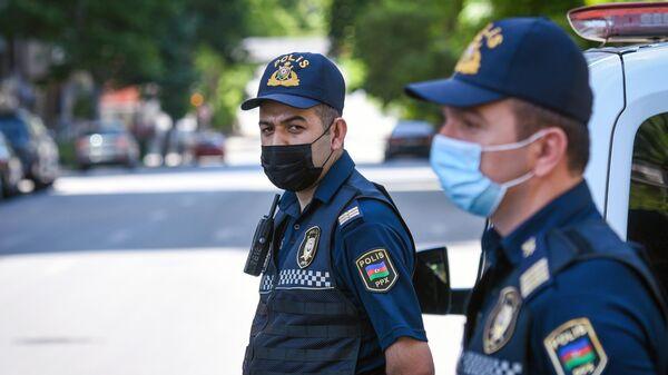 Сотрудники полиции на одной из улиц в Баку