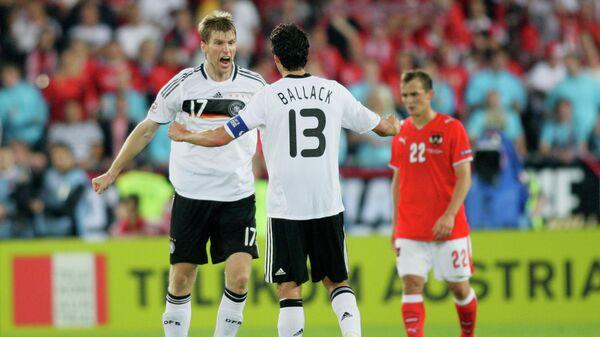 Михаэль Баллак и Пер Мертезакер радуются победе над сборной Австрии на ЕВРО-2008
