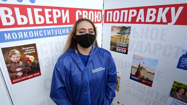 Активист Всероссийского общественного корпуса Волонтеры Конституции на Театральной площади в центре Красноярска