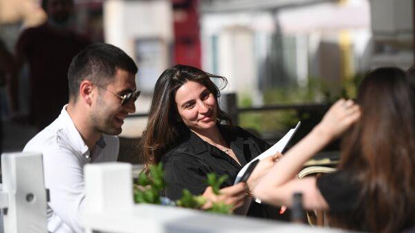 Посетители на летней веранде кофейни Кофемания на Большой Никитской улице, открывшейся после снятия ограничений по коронавирусу