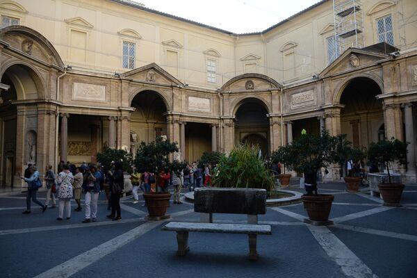 Внутренний дворик музея Пио-Клементино во дворце Бельведер в Ватикане