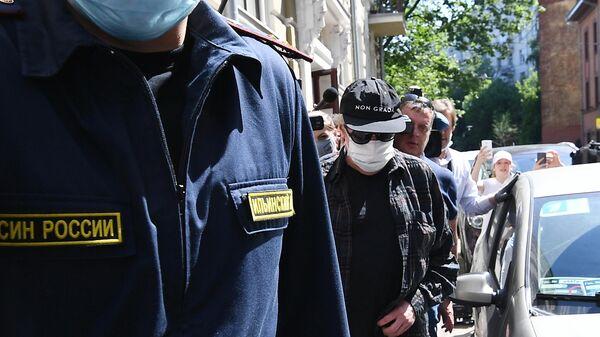 Актёр Михаил Ефремов, вызванный на допрос по делу о ДТП в столичный УВД, выходит из подъезда своего дома в Плотниковом переулке в Москве