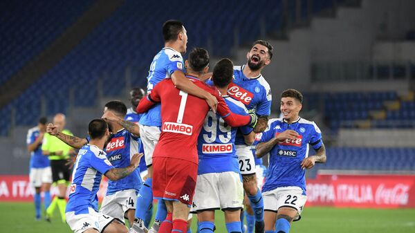 Игроки ФК Наполи радуются победе над ФК Ювентус в финальном матче Кубка Италии