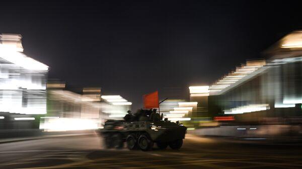 Военная техника на Моховой улице во время ночной репетиции парада в честь 75-летия Победы в Великой Отечественной войне в Москве