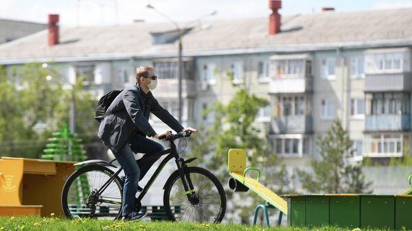 Мужчина едет на велосипеде в Казани