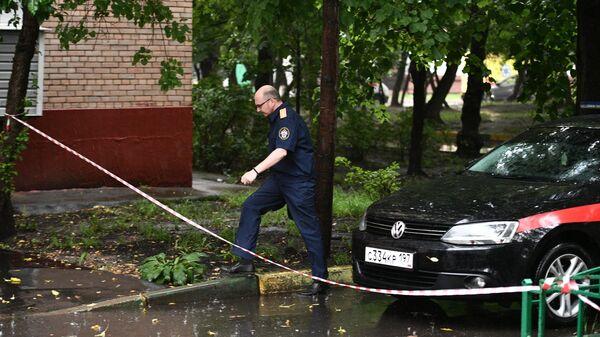 Машина следственного комитета у подъезда дома на севере Москвы, где неизвестный мужчина открыл стрельбу