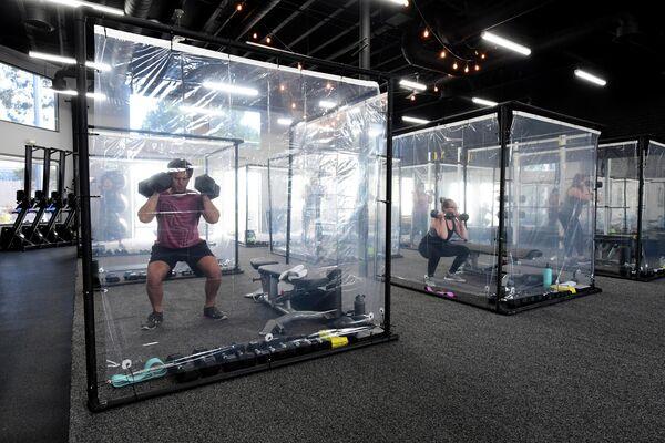 Персональные кабинки для тренировок после карантина в спортзале в Калифорнии