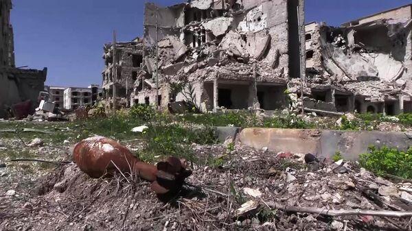 Разрушенные дома в районе Эль-Хамдания на окраине города Алеппо