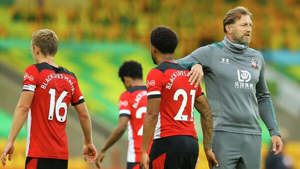 Southampton's Austrian manager Ralph Hasenhuttl (R) congratulates his players at the end of the English Premier League football match between Norwich City and Southampton at Carrow Road in Norwich, eastern England on June 19, 2020. (Photo by Richard Heathcote / POOL / AFP) / RESTRICTED TO EDITORIAL USE. No use with unauthorized audio, video, data, fixture lists, club/league logos or 'live' services. Online in-match use limited to 120 images. An additional 40 images may be used in extra time. No video emulation. Social media in-match use limited to 120 images. An additional 40 images may be used in extra time. No use in betting publications, games or single club/league/player publications. /