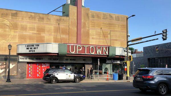 Полицейская машина возле театра Uptown в Миннеаполисе в районе, где произошла стрельба
