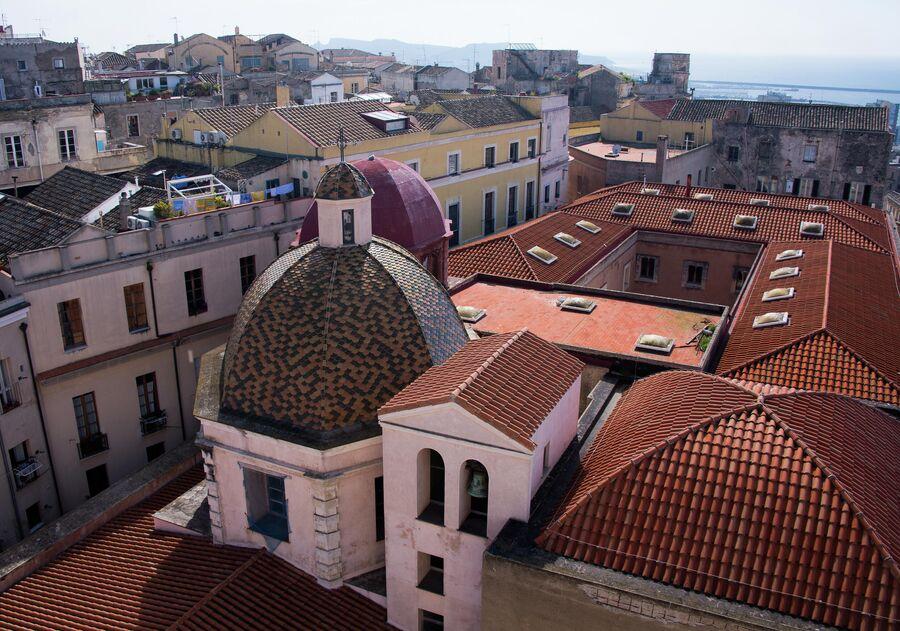 Вид на крыши домов города Кальяри, Сардиния