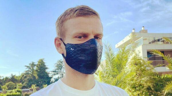 Александр Кокорин в защитной маске из крокодиловой кожи
