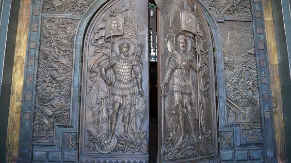 Ворота главного храма Вооружённых Сил (храм Воскресения Христова) в подмосковном военно-патриотическом парке Патриот