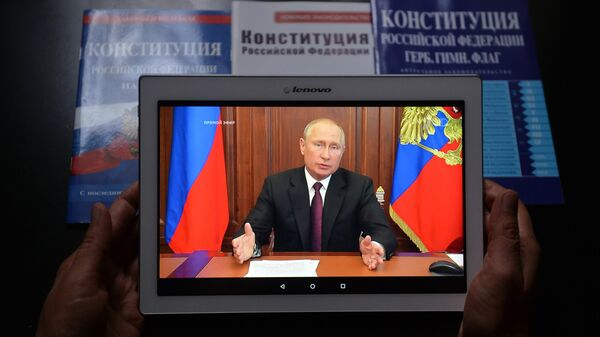 Планшет с трансляцией телеобращения президента РФ Владимира Путина к гражданам России