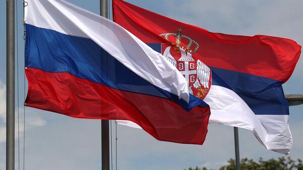 Государственные флаги РФ и Сербии в Белграде
