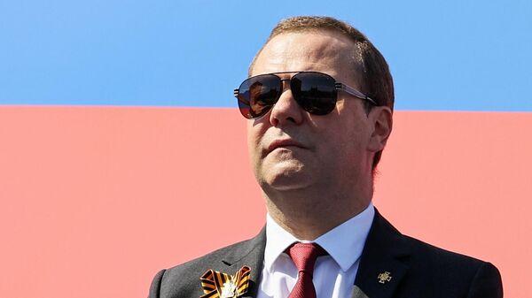 Председатель Единой России, заместитель председателя Совета безопасности РФ Дмитрий Медведев во время военного парада