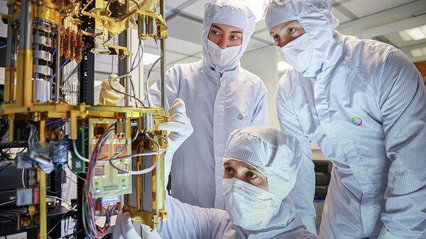 Команда НОЦ ФМН в процессе сборки криогенной части квантового компьютера, которая обеспечивает охлаждение сверхпроводниковых процессоров почти до температуры абсолютного нуля (-273,1ºС), автор FMNLab