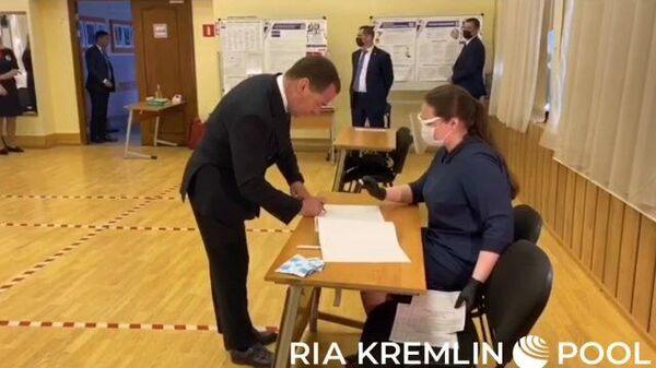 Дмитрий Медведев проголосовал по вопросу принятия поправок в Конституцию