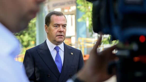 Заместитель председателя Совета безопасности РФ, председатель партии Единая Россия Дмитрий Медведев выступает перед журналистами у избирательного участка после голосования