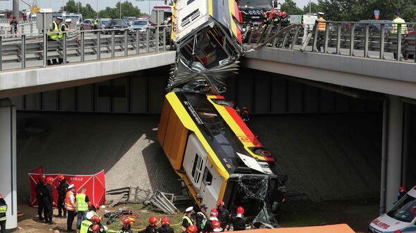 Место падения автобуса с эстакады в Варшаве
