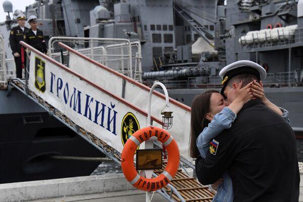 Торжественная встреча из дальнего трехмесячного похода отряда боевых кораблей Громкий и Совершенный на военном причале во Владивостоке