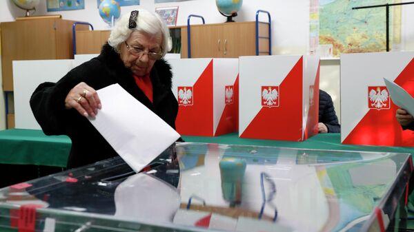 :Женщина на избирательном участке в Варшаве, Польша