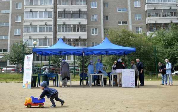 Мобильный избирательный пункт во дворе жилого дома в Екатеринбурге, где проходит голосование по вопросу принятия поправок в Конституцию РФ