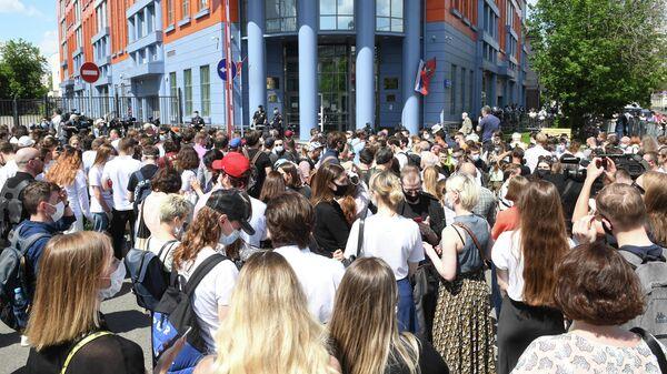 Люди у здания Мещанского суда в Москве, где будет оглашен приговор по делу Седьмой студии