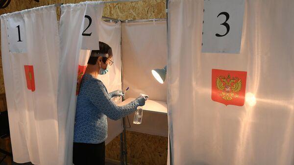 Санитарная обработка кабинок для голосования на избирательном участке в поселке Слизнево Красноярского края