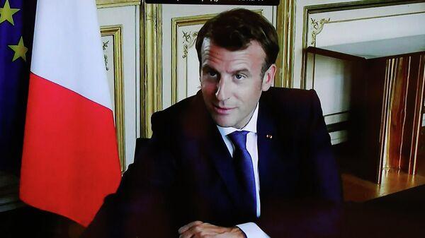 Монитор с изображением президента Франции Эммануэля Макрона во время встречи в режиме видеоконференции с президентом РФ Владимиром Путиным