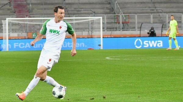 Защитник Аугсбурга Штефан Лихташтайнер в матче Бундеслиги