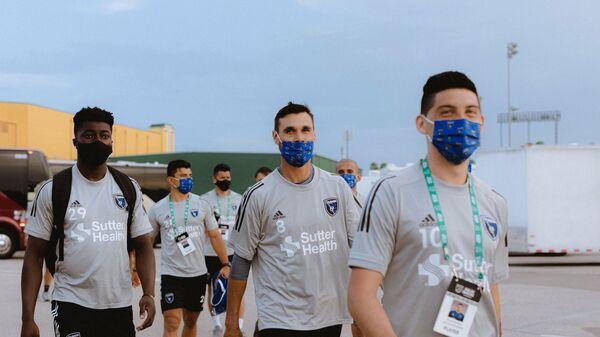 Футболисты клуба MLS Сан-Хосе идут на тренировку команды