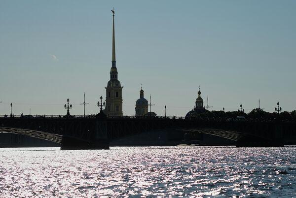 Вид с реки Невы на Петропавловский собор в Санкт-Петербурге