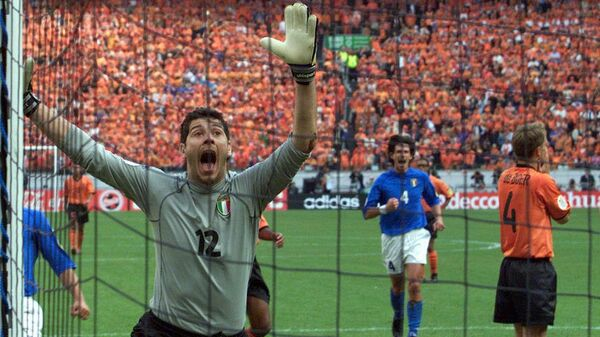 Вратарь сборной Италии Франческо Тольдо в полуфинале ЕВРО-2000