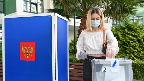 Девушка принимает участие в голосовании по внесению поправок в Конституцию РФ в Сочи