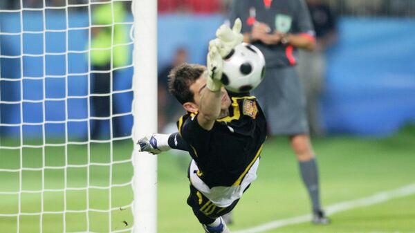 Икер Касильяс отражает пенальти в 1/4 финала ЕВРО-2008