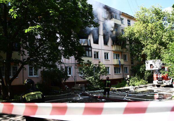 Сотрудники противопожарной службы у жилого дома на северо-востоке Москвы, где произошел хлопок газа