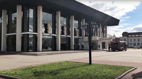 Сотрудники МЧС у здания драмтеатра во Владимире