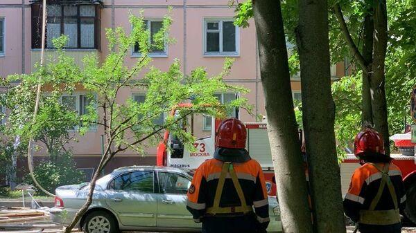 Сотрудники Мосгаза на месте пожара на Проходческой улице на северо-востоке Москвы