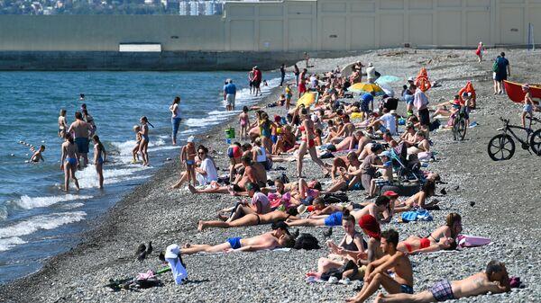 Отдыхающие на пляже Ривьера в Центральном районе города Сочи