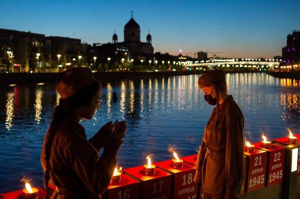 Волонтеры зажгли 1418 свечей на Крымской набережной в Москве в рамках акции Линия памяти