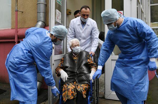 Зенаида Афанасьева Новикова, которой исполнился 101 год, выписалась из Научного медицинского исследовательского центра травматологии и ортопедии имени Н. Н. Приорова Минздрава РФ после лечения коронавирусной инфекции COVID-19