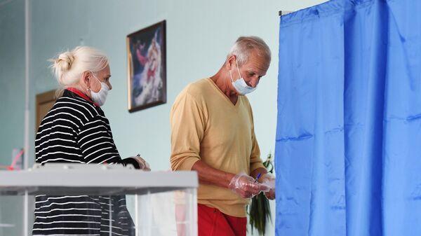 Жители Казани на избирательном участке № 453 во время голосования по вопросу внесения поправок в Конституцию РФ