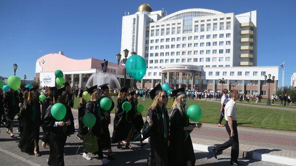 Участники шествия студентов Белгородского государственного университета в День знаний
