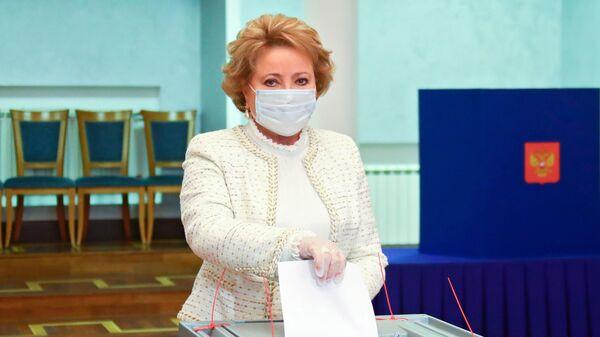 Спикер Совета Федерации Валентина Матвиенко голосует по вопросу внесения поправок в Конституцию РФ на избирательном участке в Москве