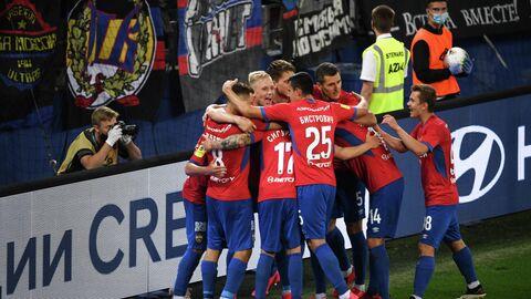 Футболисты ЦСКА радуются второму забитому голу в ворота Спартака