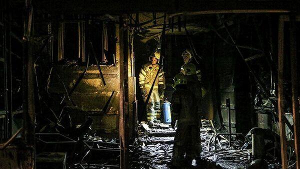 Пожарные осматривают место взрыва в медицинской клинике на севере Тегерана