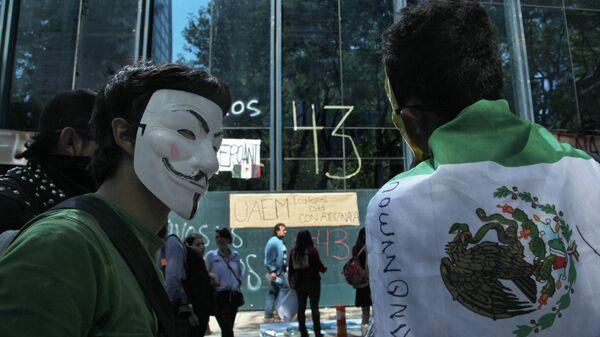 Акция протеста у здания Генеральной прокуратуры в Мехико в связи с исчезновением 43 студентов в штате Герреро
